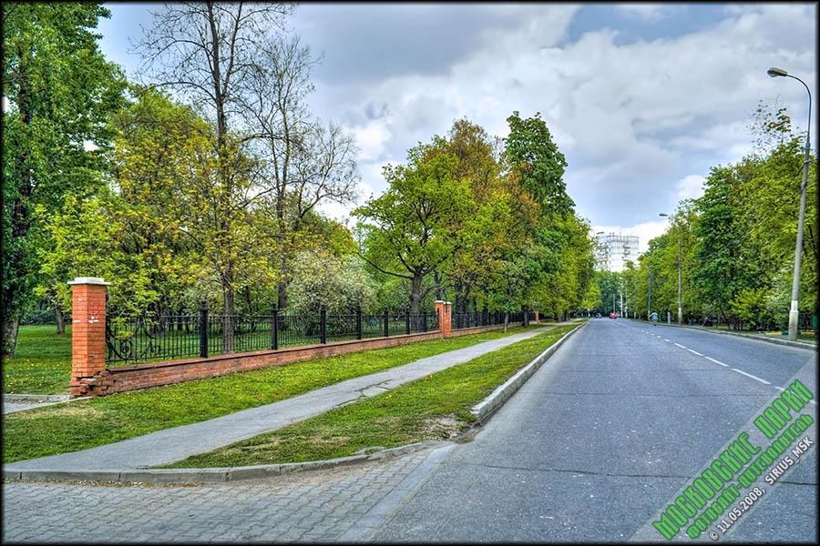 Слева - парк «Дубки».